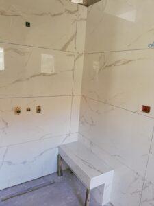 שיפוץ חדר אמבטיה קומפלט כולל חיפוי קירות באריחים גדולים. צילום: א.ערן