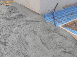 עבודת בטון בחצר כהכנה לריצוף חוץ. צילום: השלום