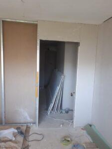 חלוקה של חדרים בגבס כחלק משיפוץ במקלט. צילום: דרור