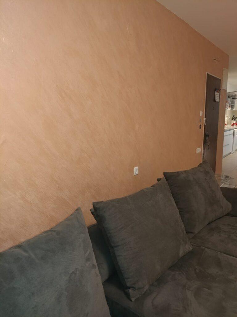 צביעה עם אפקטים בקיר בסלון. צילום: אלי
