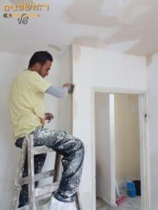 תיקון רטיבות בקירות בחדר שינה. צילום: אלי