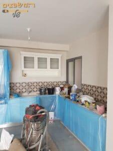 צביעת דירה בהרצליה בשכונת נווה אמירים. צילום: אלי