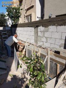 בעיצומה של בניית חומה כולל חגורות בטון לבטיחות מושלמת. צילום: אליעזר