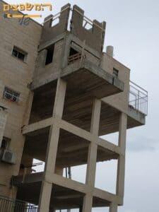 בניית שלד לתוספת חדרים בבניין 5 קומות במרכז. צילום: ערן