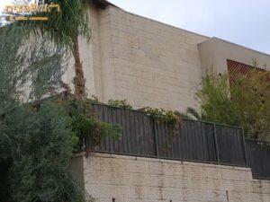 אבן ירושלמית עוטפת את כל המבנה מסביב כולל החומה. צילום: ערן