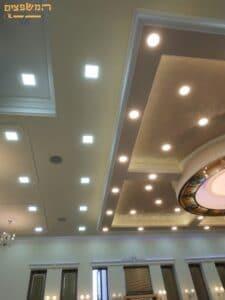 הנמכת תקרה מעוצבת בבית כנסת כולל ספוטים מעוצבים ותאורה נסתרת. צילום: ערן