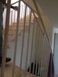 צביעת חדר מדרגות בבניין 8 קומות כולל צביעת מעקות וארונות חשמל. צילום: קובי שיפוצים