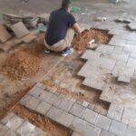 תיקון אבנים משתלבות בבניין. צילום: סרגי