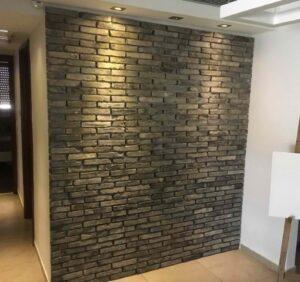 התקנת בריקים מקצועית בקיר בבית כולל תאורה נופלת על הבריקים. צילום: סרגי