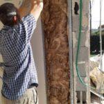 התקנת חיפוי גבס על הקירות בבית אחרי שיפוץ. צילום: סרגי