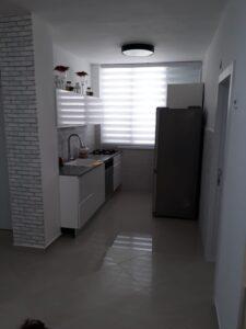 שיפוץ דירה שכורה במחיר זול שכולל גם שיפוץ מטבחון קטן וריצוף. צילום: שי שיפוצים