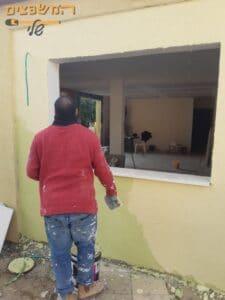 שליכט צבעוני על קיר מסביב לחלון ויטרינה. צילום: סרגי