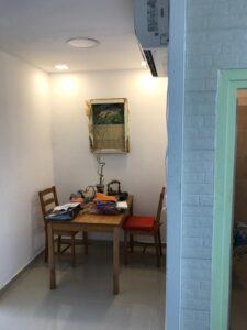 שיפוץ דירת 2 חדרים בראשון לציון כולל חיפוי קיר בבריקים. צילום: יוסי