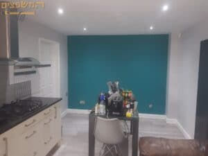 צביעת דירת פנטהאוז בגבעתיים כולל צבע לתקרת גבס וקיר צבעוני