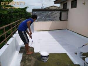 הלבנת גג (סיוד גג) לפני יישום יריעות במרפסת פתוחה