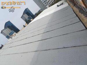 איטום גג ארוך מעל חנויות ביריעות ביטומניות בעובי 5 מילימטר