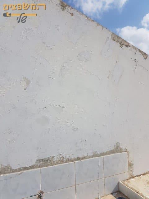קיר מסביב לבית לפני ביצוע החלקת קירות לצורך מראה מיוחד ויישור של הקיר לפני הצביעה