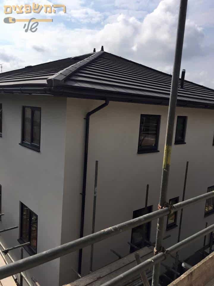 התקנת מרזב בבית פרטי שמחובר לארגז רוח מסביב לגג