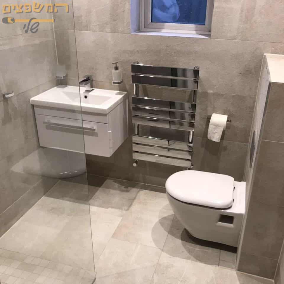 הדבקת קרמיקה דמוי שיש בחדר האמבטיה