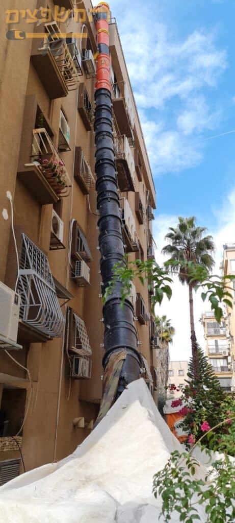 פינוי פסולת בניין בקומה שמינית מדירה בשיפוץ בצורה קלה ובטוחה ללא סיכונים