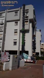 פינוי פסולת בדירה בבניין על ידי מכולה ושרוול