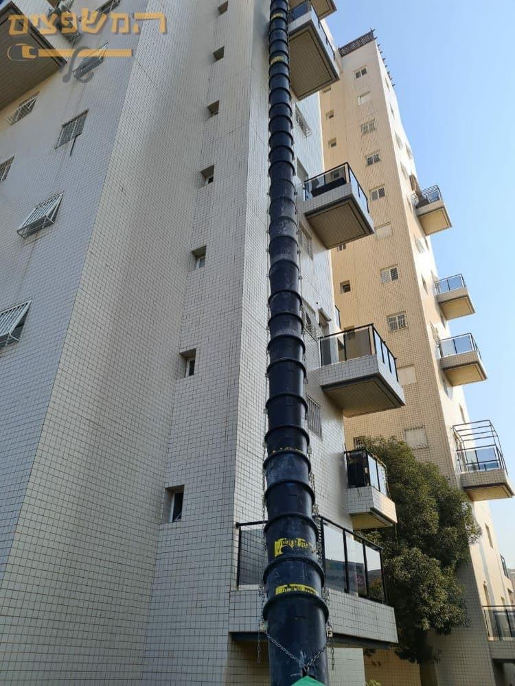 שרוול לפינוי פסולת בקומה 10 כולל מכולה עם הגנה מקסימלית מרסיסים.