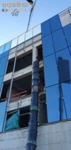 שרוול לפינוי פסולת בפרויקט בנייה של בניין משרדים 5 קומות