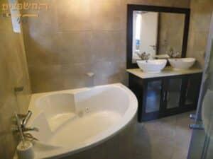 דירת דופלקס 8 חדרים בשיפוץ כללי כולל ג'קוזי בחדר האמבטיה
