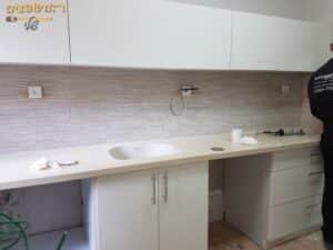 ביצוע החלפת מטבח כולל ארונות עליונים וקרמיקה על הקירות