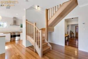 שיפוץ בדירת דופלקס כולל מדרגות מעץ פרקט ומטבח חדש