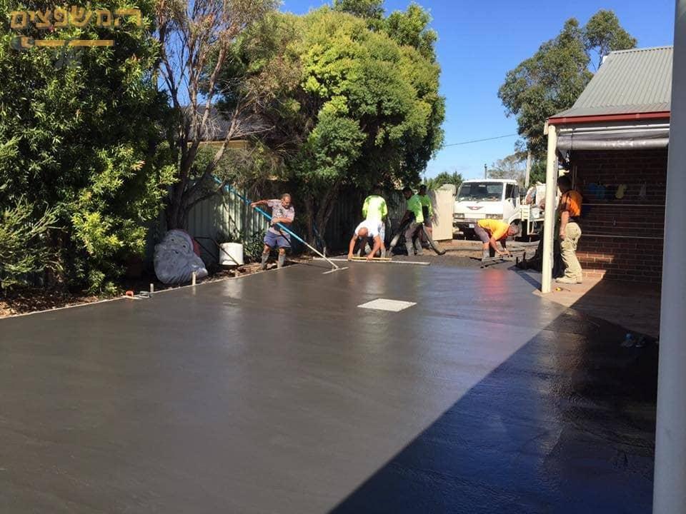 ביצוע יציקת בטון מוחלק לצורך כניסה לבית ולחניה