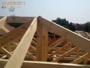 תהליך של בניית גג רעפים בצורה מקצועית עם קורות וקונסטרוציה להנחת הרעפים