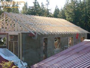 ביצוע בניית גג רעפים משופע כולל קונסטרוקציה יציבה לבית בבנייה