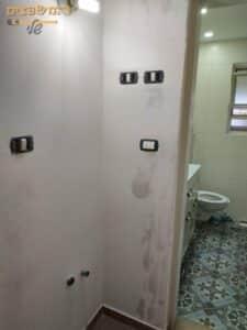 תיקון סדקים בקירות לפני צביעה בדירת 3 חדרים