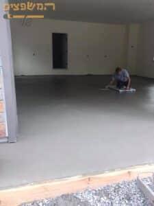 יצירת בטון מוחלק בקומת קרקע בבית פרטי