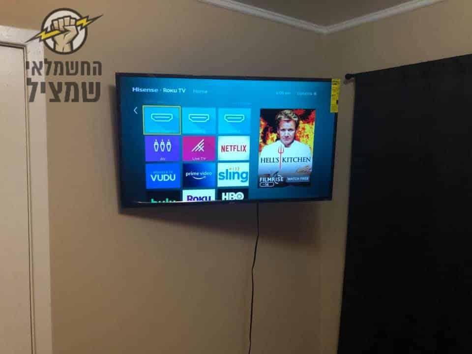 תליית טלויזיה על הקיר בפינת החדר כולל זרועות