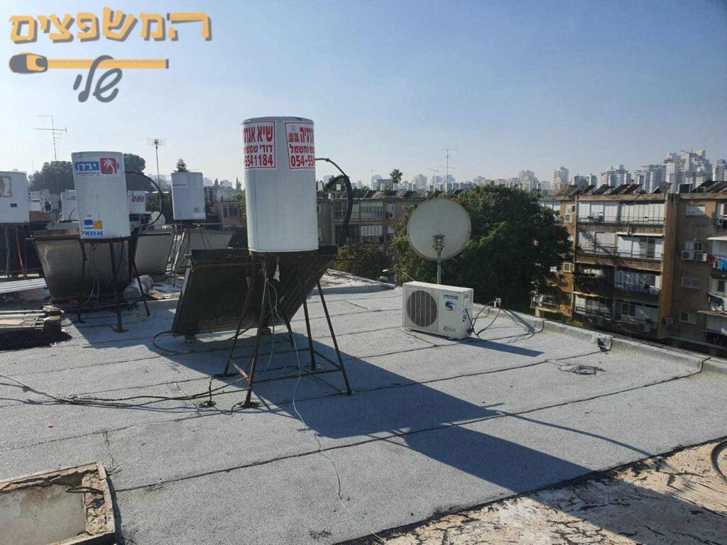 קבלן איטום מבצע איטום ביריעות ביטומניות על גג של בניין