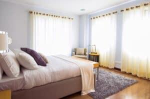 התקנת וילונות בחדר שינה