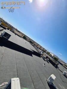 איטום גג ענק עם יריעות ביטומניות למבנה משרדים