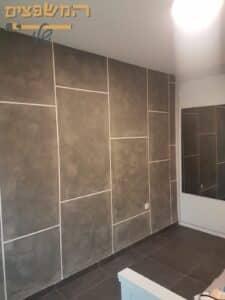 עיצוב מושלם של טיח ערבה בסגנון מיקרוטופינג עם צורה גיאומטרית לקיר בדירה. צילום: אורן