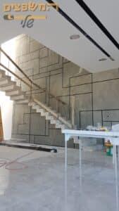 צביעה דקורטיבית עם טיח ערבה בצורות גאומטריות סטייל מיקרוטופינג לקיר גדול וגבוה של מדרגות בבית. צילום: אורן