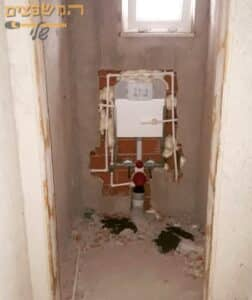 הכנות לפני התקנת אסלה סמויה בחדר שירותים קטן