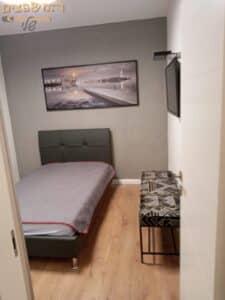 תיקוני צבע בחדר שינה כולל צביעת קיר בצבע דקורטיבי